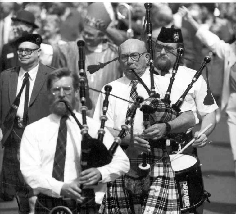Tom+Averill+bagpiping+in+the+St.+Patrick%27s+Day+Parade+with+his+father+Stuart+Averill.+http%0A