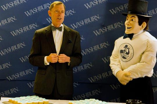 Founders+Day+President+of+Washburn+University%2C+Jerry+Farley+speaks+to+a+crowd+about+the+history+of+Washburn+before+passing+out+cupcakes+along+with+the+Ichabod.%0A
