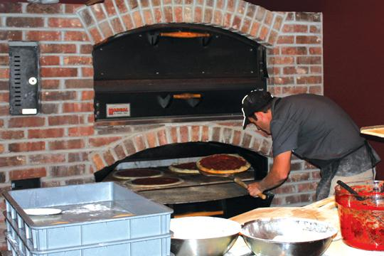 Adm+Payton+prepares+pizza+for+his+new+Topeka+business%2C+AJ%27s+NY+Pizzeria.%0A