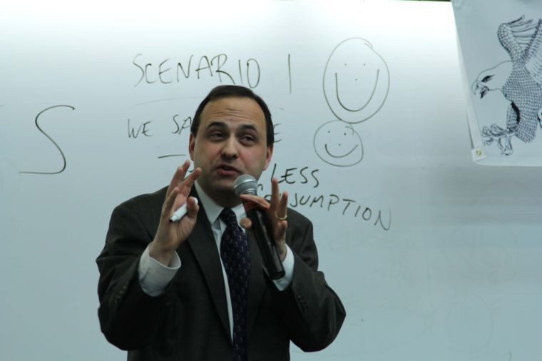 Thomas Woods defends himself after being interrupted by speculations. The guest lecturer was speaking on the 2008 financial crisis before being interrupted.