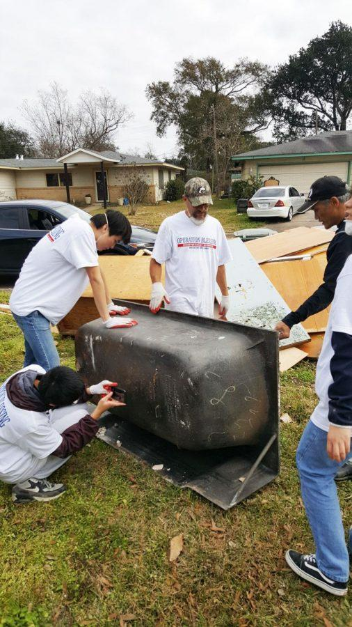 Members+of+the+Washburn+crew+helped+moved+this+60-year-old+cast+iron+bathtub+from+a+water+damaged+home+in+Texas.