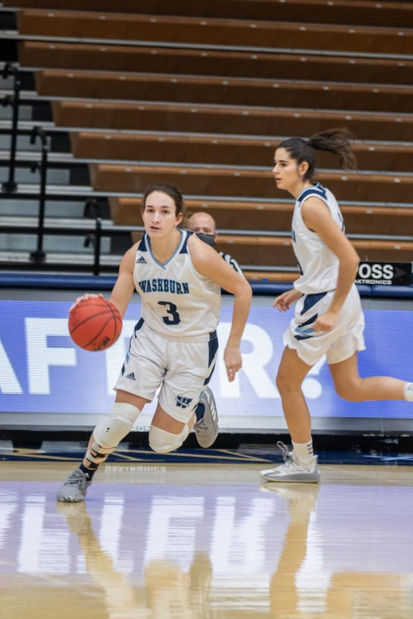 Fast+and+furious%3A+Washburn%E2%80%99s+freshman+guard+Aubree+Dewey+driving+the+ball+down+to+run+the+offence.+Dewey+had+a+total+of+three+steals+and+two+assists+in+Saturday%E2%80%99s+game+against+Newman+University.